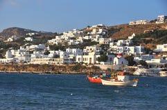 Bucht und weiße Häuser von Mykonos-Stadt auf griechischer Insel Stockfoto