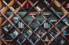 Bucht verschiedene Zeitschriften der Lehrbücher auf modernem hölzernem Bücherregal herein stockfoto