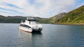 Bucht von Akkarfjord mit einem Schnellboot stockbilder