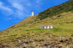 Bucht von Inseln, Neuseeland: Leuchtturm und Hütte auf Kap Brett stockfoto