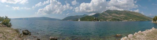 Bucht von Kotor ist eine Wicklungsbucht von adriatischem Meer regatta stockfoto
