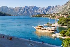Bucht von Kotor mit Booten und Skylinen Stockfotografie