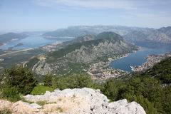 Bucht von Kotor mit Hochgebirge tauchen in adriatisches Meer und in historische Stadt von Kotor, Montenegro Lizenzfreie Stockfotografie