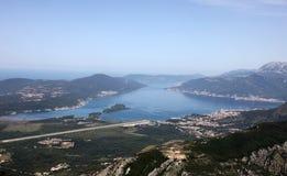 Bucht von Kotor mit Hochgebirge tauchen in adriatisches Meer und in Stadt von Tivat, Montenegro Stockfotografie