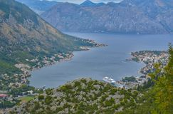 Bucht von Kotor mit Kreuzer lizenzfreies stockfoto