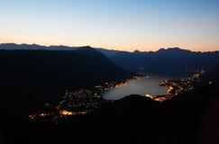 Bucht von Kotor, Sonnenuntergang, Abend, Nachtlandschaft lizenzfreie stockfotografie