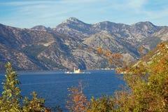 Bucht von Kotor und Insel unserer Dame des Felsen Gospa Ods Skrpjela Heller Herbst in Montenegro Lizenzfreies Stockfoto