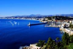 Bucht von Nizza mit sich hin- und herbewegenden Yachten Stockfotografie
