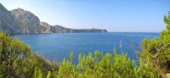 Buchtpanorama mit blauem Ozean, grüner Natur und Bergen Stockbild