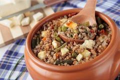 Buchweizen mit Gemüse und Käse Stockfotos