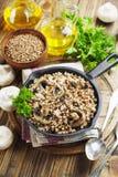 Buchweizenbrei mit Pilzen Lizenzfreie Stockfotos