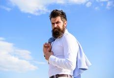 buck mody Mężczyzna brodatego modnisia biały formalny odziewa spojrzenia nieba ostrego tło Modnego stroju elegancki pojawienie obraz royalty free