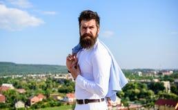 buck mody Mężczyzna brodatego modnisia biały formalny odziewa spojrzenia nieba ostrego tło Modniś z brody i wąsy spojrzeniami obrazy stock
