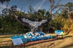 Buckel-Wal-Endstück-Skulptur gemacht vom Abfall gefunden im Ozean als Teil der gewaschenen an Land Kunstausstellung stockbilder