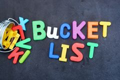 Bucket концепция списка, вещи для того чтобы сделать в жизни с железным ведром и магнитные письма на доске Стоковые Изображения
