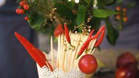 Bucket с чилями и деревянные ручки для еды с предпосылкой флористов шеф-повара работают сток-видео