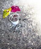 Bucket avec le parapluie de sable et de cocktail sur la plage Photographie stock libre de droits