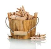 Bucket avec le plan rapproché en bois de pinces à linge d'isolement sur le blanc Photographie stock