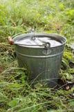 Bucket con agua de lluvia Foto de archivo libre de regalías