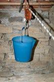 Bucket dans le puits images stock