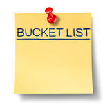 Bucket den Listentext, der auf eine gelbe Büroanmerkung geschrieben wird Lizenzfreie Stockbilder
