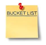 Bucket el texto de la lista escrito en una nota amarilla de la oficina Imágenes de archivo libres de regalías