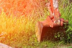 Bucket il bulldozer arancio del cingolo del piccolo escavatore nel lavoro con la luce dell'alba Fotografia Stock