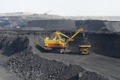 Bucket l'escavatore nella miniera, carbone nero fotografie stock libere da diritti