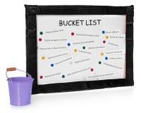 Bucket les listes sur le conseil et le seau sur des tâches réalisées Photo libre de droits