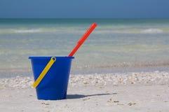 Bucket na praia Imagens de Stock