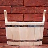 Bucket para un baño en una superficie del ladrillo. Fotos de archivo