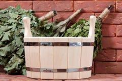 Bucket para un baño en una superficie del ladrillo. Foto de archivo libre de regalías