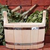 Bucket para un baño en una superficie del ladrillo. Fotografía de archivo