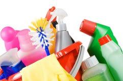 Bucket per la pulitura con i liquidi di lavatura dei piatti immagini stock