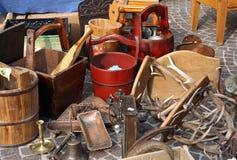 Bucket y otras cosas para la venta en el mercado de pulgas Fotos de archivo libres de regalías
