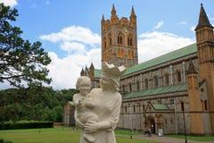 Buckfast-Abtei in Dartmoor mit einer Statue von Mary und von Baby Jesus im Vordergrund Lizenzfreie Stockfotografie