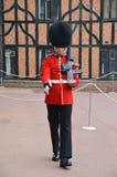 Buckimgam宫殿-女王的卫兵走 免版税库存图片