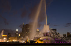 Buckingham Fountain by night. With the chicago skyline in the background Royalty Free Stock Photos