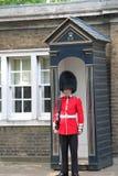 Buckingham Palace Beefeater Garde London Englad Stockbilder