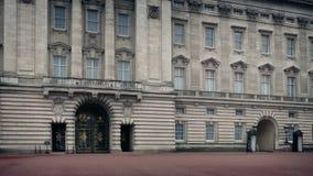Buckingham Palace con marchar del guardia metrajes