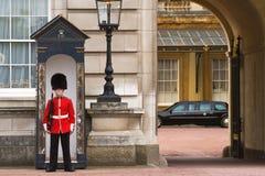 Buckingham Palace da limusina presidencial e do protetor imagem de stock royalty free
