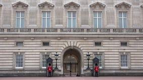 Buckingham Palace de Londres, 4K inglés armado del guardia Marching y el guardar almacen de video