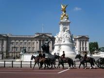 Buckingham Palace e fanfara Fotografie Stock