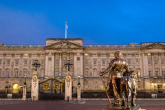 Buckingham Palace en la noche Foto de archivo libre de regalías
