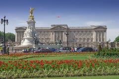 Buckingham Palace en tuinen in een duidelijke dag Stock Foto