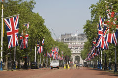 Buckingham Palace, Entrance. The Mall with flags leading to the entrance of the Buckingham Palace in London Stock Photos