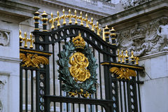 Buckingham Palace Gate. And the Crest of King George - London, England stock photography