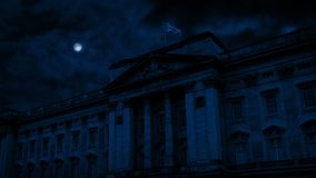 Buckingham Palace la nuit avec la lune ci-dessus clips vidéos