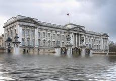 Buckingham Palace, Londen onder water, het globale verwarmen, het toenemen Se Stock Afbeelding