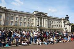 Buckingham Palace London turist- folkmassa Royaltyfri Foto